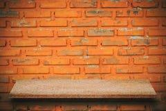 Parte superior vazia de prateleiras de pedra naturais e de fundo da parede de pedra FO fotografia de stock