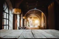 Parte superior vazia de prateleiras de madeira imagem de stock royalty free