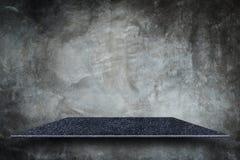 Parte superior vazia de prateleiras de pedra naturais e da parede de pedra para o produto d fotografia de stock royalty free
