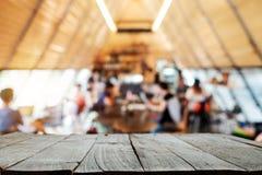 Parte superior vazia do espaço de madeira da madeira da mesa das prateleiras imagem de stock