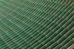 A parte superior verde do telhado telha o teste padrão Imagens de Stock