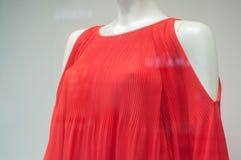 Parte superior vermelha no manequim na loja da forma para mulheres Fotos de Stock