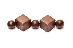 Parte superiore allineata delle sfere e dei cubi del cioccolato Fotografia Stock