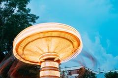 Parte superiore del carosello girante illuminato, moto vago E del disco Fotografie Stock