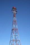 Parte superiore del pilone rosso e bianco di elettricità Immagini Stock Libere da Diritti