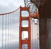 Parte superiore del ponticello di cancello dorato immagini stock