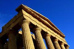 Parte superiore del tempiale di Concordia su cielo blu. Agrigento Sicilia Fotografia Stock