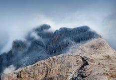 Parte superiore della montagna con le nubi Immagini Stock