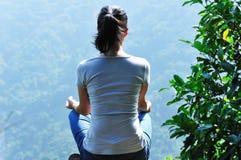 parte superiore della montagna di yoga di meditazione   fotografia stock