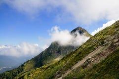 Parte superiore della montagna nelle nubi Immagine Stock Libera da Diritti