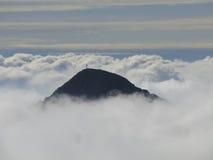 Parte superiore della montagna in nubi Immagini Stock Libere da Diritti