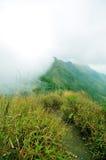 Parte superiore e nubi della montagna Fotografie Stock