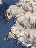 Parte superiore innevata della montagna immagini stock libere da diritti