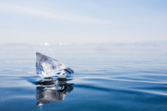 parte transparente de gelo o Lago Baikal Gelo azul Fotografia de Stock