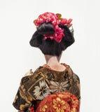 Parte traseira da boneca tradicional japonesa da gueixa da dança com whi Imagens de Stock Royalty Free