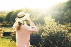 Parte traseira da menina no provence que olha o por do sol imagens de stock