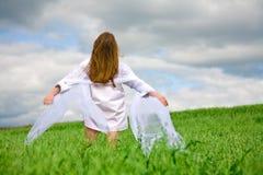 Parte traseira da mulher com lenço Imagem de Stock Royalty Free