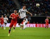 Parte traseira de centro nacional Niklas Sule da equipe de futebol de Alemanha contra R imagem de stock royalty free