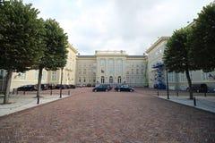 Parte traseira de paleis Noordeinde do palácio em Den Haag The Hague nos Países Baixos com os carros dos membros do parlamento do foto de stock