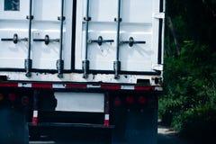 A parte traseira de um caminhão do transporte de 18 veículos com rodas Imagem de Stock