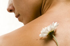 Parte traseira de Woman´s com flor branca Fotografia de Stock Royalty Free