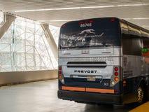 Parte traseira do ônibus interurbano do galgo com os passageiros que embarcam para o serviço imagens de stock royalty free