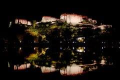 Parte traseira do palácio de Potala refletida na associação de água. Fotografia de Stock