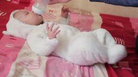 Parte traseira feliz do bebê sobre vídeos de arquivo