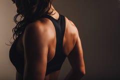Parte traseira muscular de uma mulher no sportswear imagens de stock