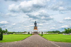 Parte trasera de la estatua de Buda en jardín adornado Foto de archivo