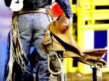 Parte trasera de un vaquero del rodeo con su montura Fotografía de archivo libre de regalías