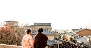 Parte trasera del muchacho y de la muchacha adolescentes 20-30 años con el coágulo japonés Fotografía de archivo libre de regalías