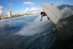 Parte trasera que practica surf del labio imagenes de archivo