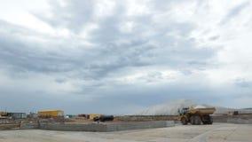 Parte trasera Tipper Drives potente grande a lo largo del cuadrado de tierra metrajes