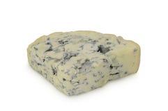 Parte triangular de queijo azul (d'Ambert de Fourme) no fundo branco Fotos de Stock Royalty Free