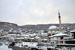 A parte velha de Prizren sob a fortaleza coberta com a neve, Kosovo foto de stock royalty free
