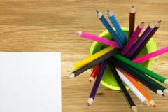 a Parte-vista da folha de papel vazia e o recipiente encheu-se com a cor Foto de Stock Royalty Free
