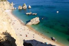 Parte-vista larga do ângulo dos povos na praia fotografia de stock royalty free