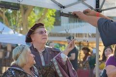 Partecipante che indossa i vestiti tipici durante il festival di Nottingham fotografia stock