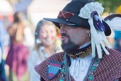 Partecipante che indossa i vestiti tipici durante il festival di Nottingham immagine stock libera da diritti