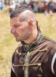 Partecipante del festival piega in Bulgaria nei vecchi costumi dello slavo Fotografie Stock