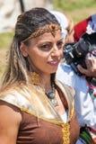 Partecipante del festival Rozhen in Bulgaria in costume piega Fotografia Stock