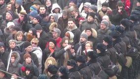 Partecipante dell'opposizione di marzo che fotografa la polizia in cordone video d archivio