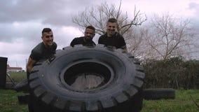 Partecipanti ad una corsa ad ostacoli che gira una ruota archivi video