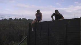 Partecipanti alla parete rampicante di corsa ad ostacoli video d archivio