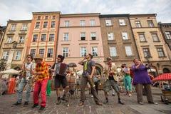 Partecipanti annualmente (9-12 luglio) al ventottesimo festival internazionale dei teatri della via Immagine Stock