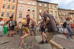 Partecipanti annualmente (9-12 luglio) al ventottesimo festival internazionale dei teatri della via Fotografie Stock
