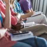 Partecipanti che ascoltano la conferenza e che fanno le note Fotografia Stock