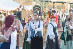 Partecipanti che indossano i vestiti tipici durante il festival di Nottingham immagini stock