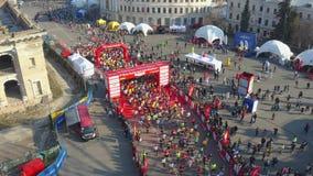 Partecipanti dell'inizio maratona la corsa nella citt video d archivio